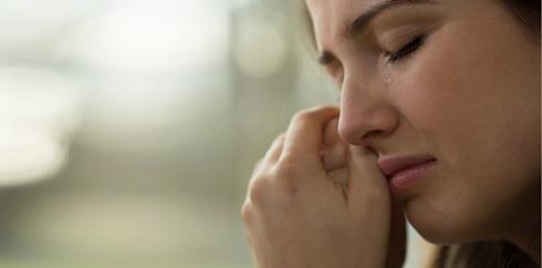Close-up da mulher nova com problemas chorando